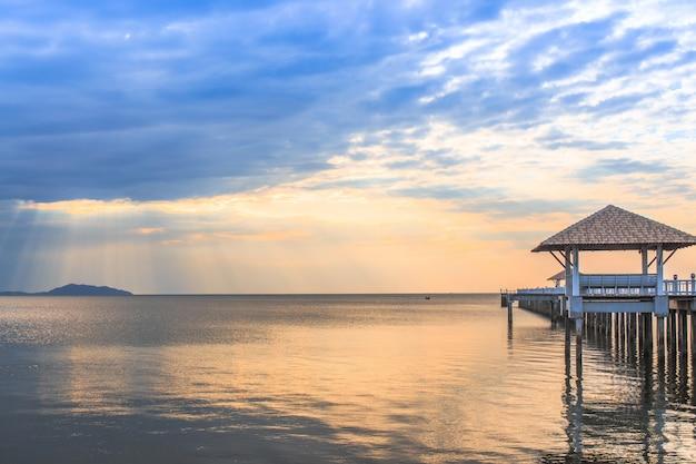 Vieux ponton en bois contre le magnifique ciel coucher de soleil