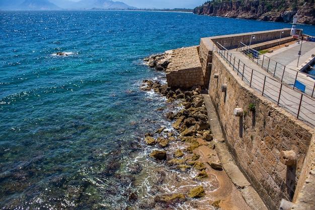 Vieux port dans le centre antique d'antalya en turquie
