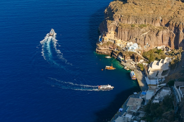 Vieux port de fira, ville principale de santorin, grèce