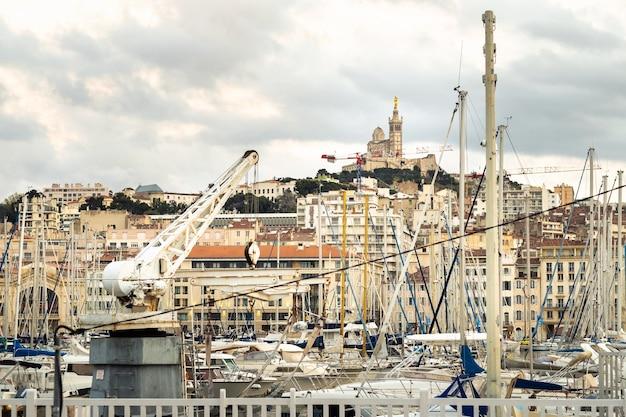 Vieux port avec yachts dans la ville de marseille.france.