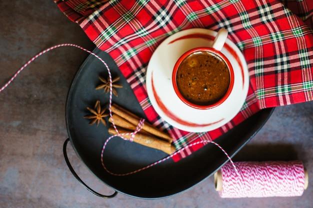 Vieux pot de café sur fond rustique foncé