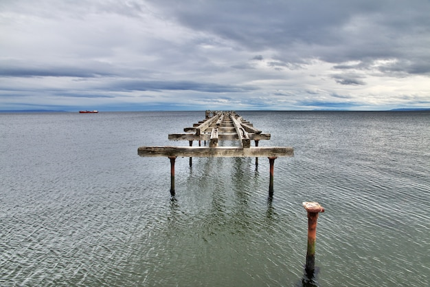 Vieux quai dans le port de punta arenas, patagonie, chili