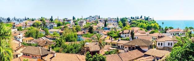 Le vieux quartier de kaleichi à antalya. toits de maisons panorama. le centre historique d'antalya, où se trouvent de nombreux petits hôtels et restaurants, est un lieu de prédilection des voyageurs et des touristes