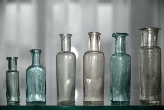 Vieux récipients médicaux en verre pour médicaments.