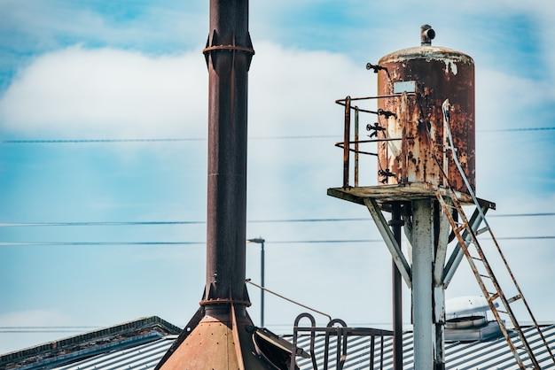 Vieux réservoir d'eau haute rouillé