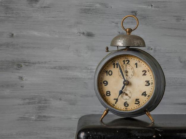 Vieux réveil mécanique