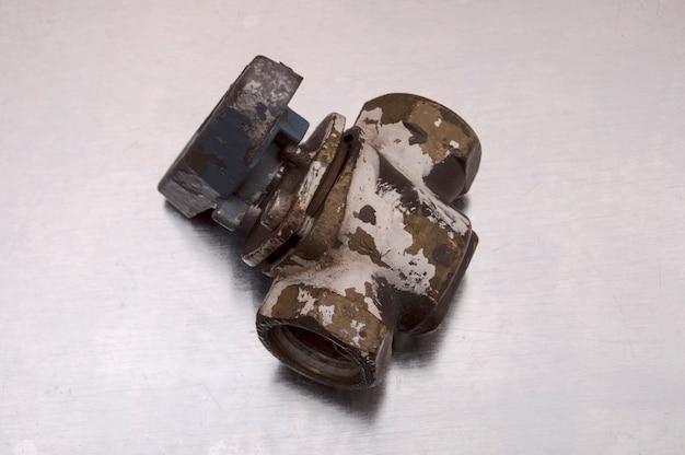 Vieux robinet de fer eau sur métal