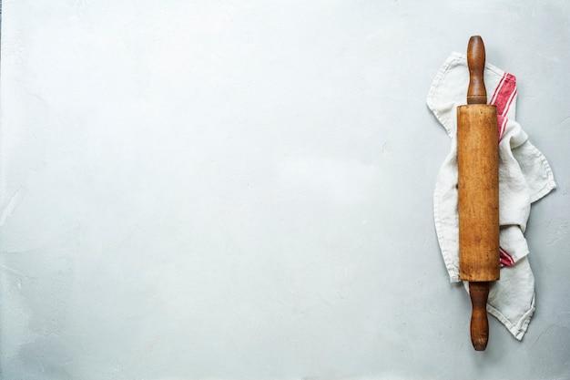 Vieux rouleau à pâtisserie en bois sur fond blanc