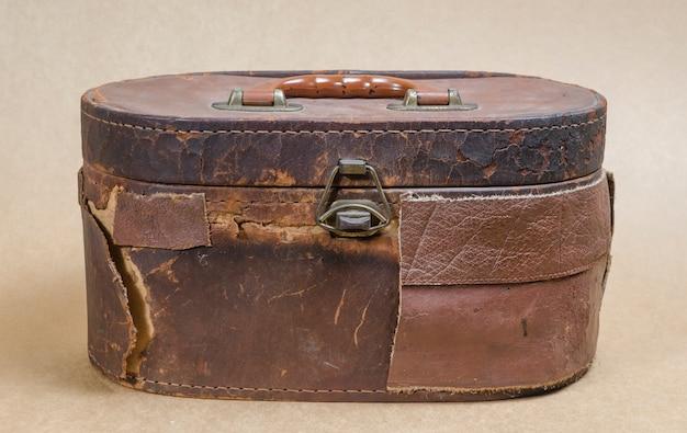 Vieux sac en cuir marron sur fond marron vintage