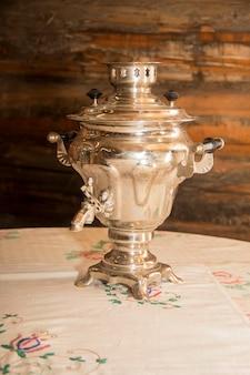 Vieux samovar sur la table dans la vieille maison