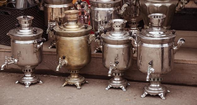 Vieux samovars en ligne dans un marché aux puces de près.