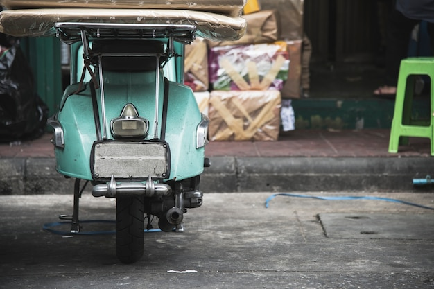 Vieux scooter garé dans une rue