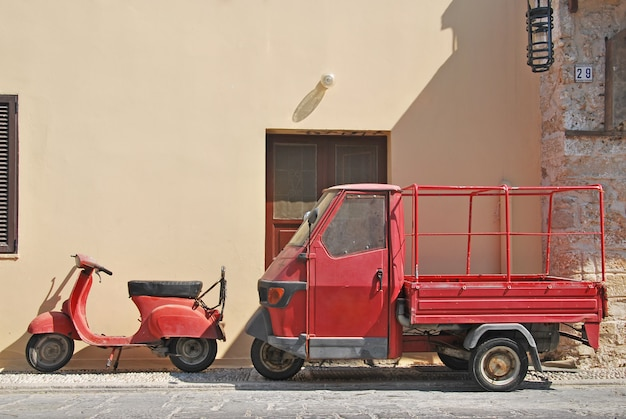 Vieux scooter rouge et scooter cargo