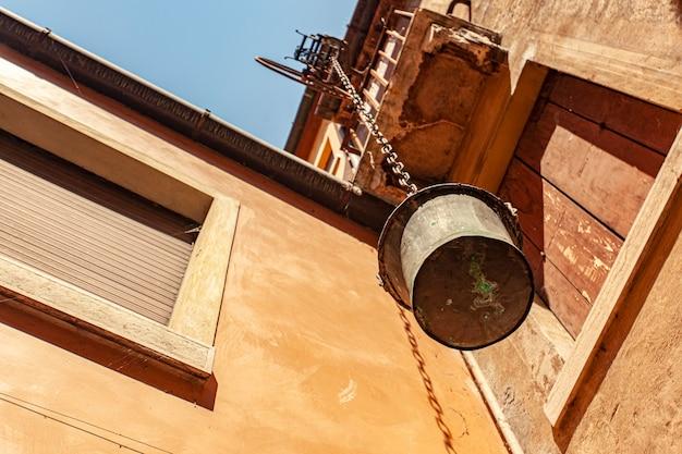 Vieux seau hors des fenêtres dans un vieux bâtiment à trévise en italie