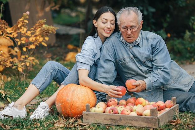 Vieux senior dans un jardin d'été avec petite-fille