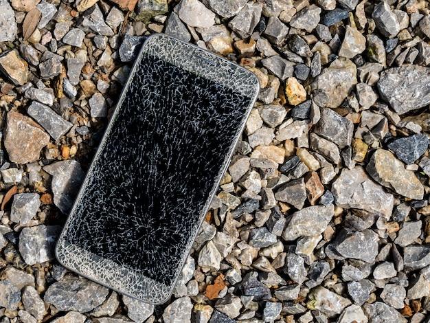 Vieux smartphone à écran cassé et fissuré