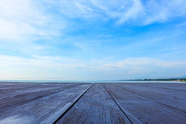Vieux tableau vide de table en bois sur fond de plage.