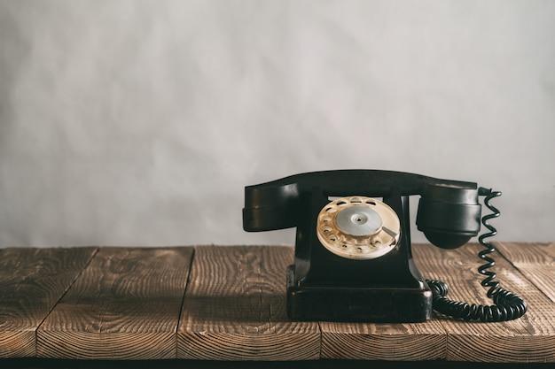 Vieux téléphone sur le bois