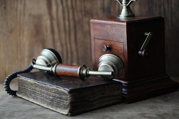 Vieux téléphone et livre rétro sur une table en bois