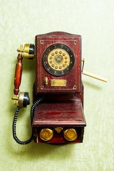 Vieux téléphone sur le mur