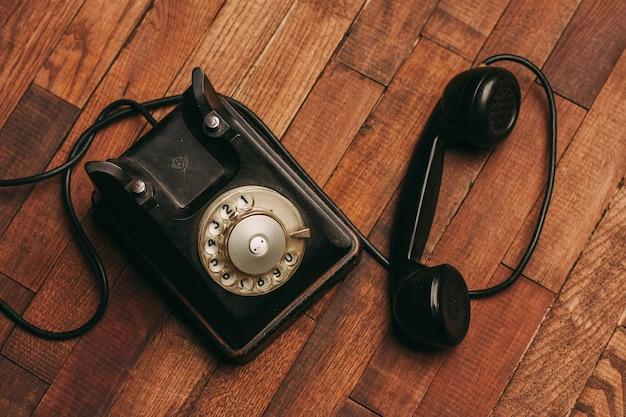 Vieux téléphone noir sur le sol