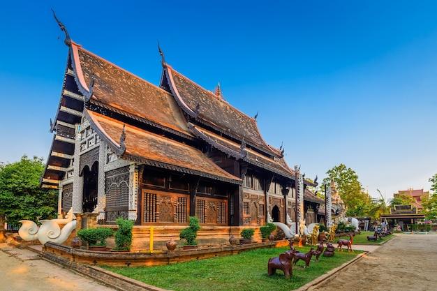 Vieux temple en bois de wat lok molee, chiang mai, thaïlande