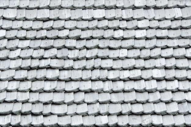 Vieux toit avec des bardeaux en bois. texture. fermer