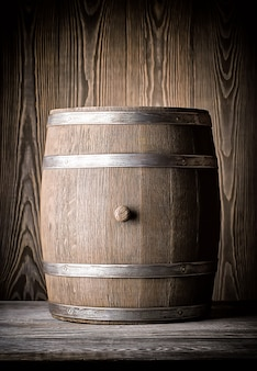 Vieux tonneau en bois brun