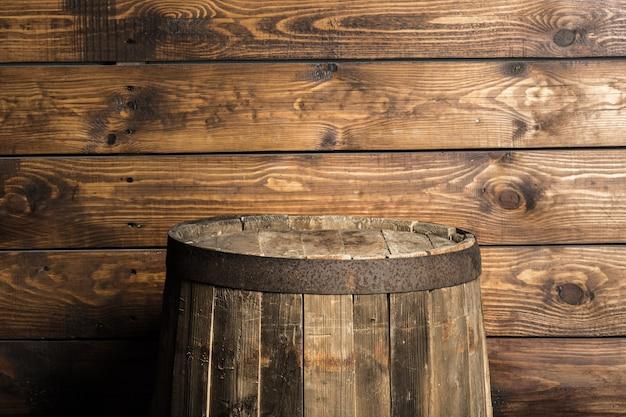 Vieux tonneau en bois sur fond marron