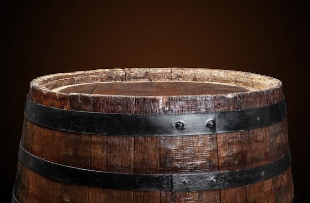Vieux tonneau en bois sur noir