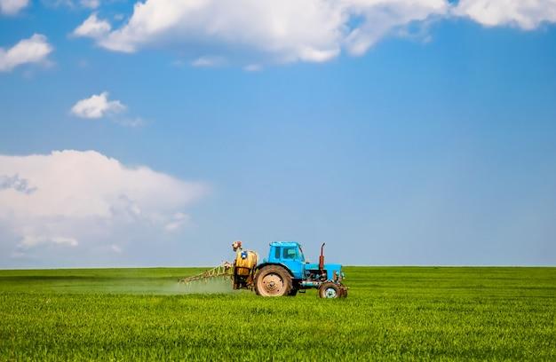 Vieux tracteur au champ de printemps.