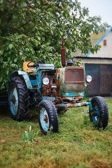 Vieux tracteur bleu