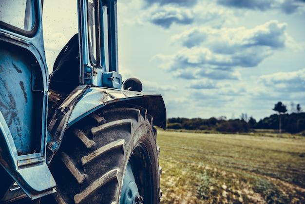 Vieux tracteur dans le champ