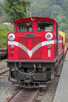 Le vieux train rouge de la ligne alishan (descente) revient à la gare de chiyi par jour de brouillard.