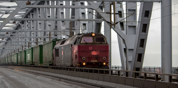 Vieux train rouge avec des wagons verts pendant la journée
