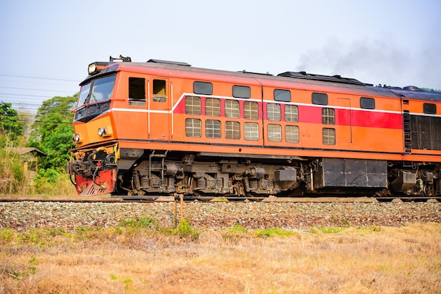Vieux trains de style thaïlandais qui peuvent encore prendre des passagers sur les voies ferrées
