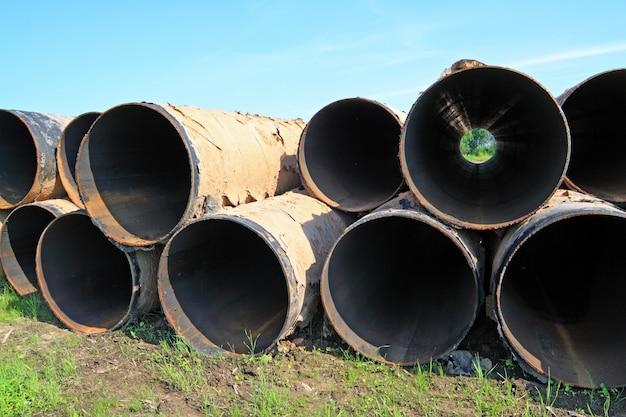 Vieux tuyaux de gaz sur herbe