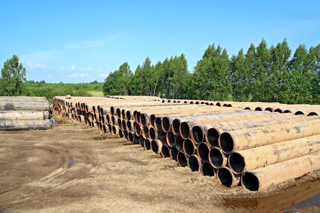 Vieux tuyaux de gaz sur route sale