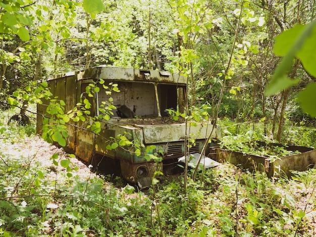 Vieux van abandonné au coeur de la forêt