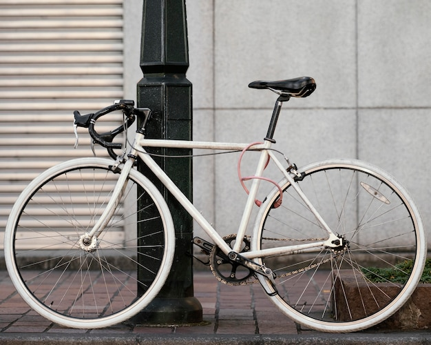 Vieux vélo blanc avec détails noirs