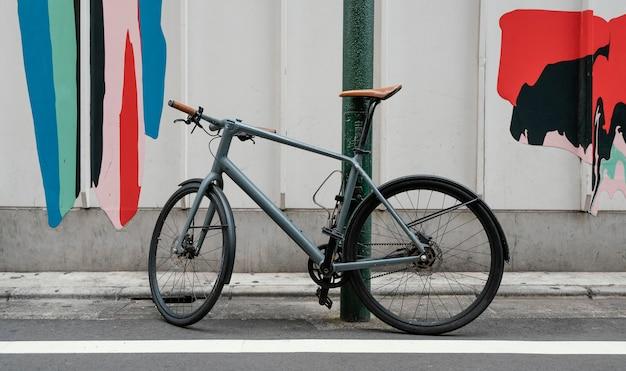 Vieux vélo avec des détails bruns