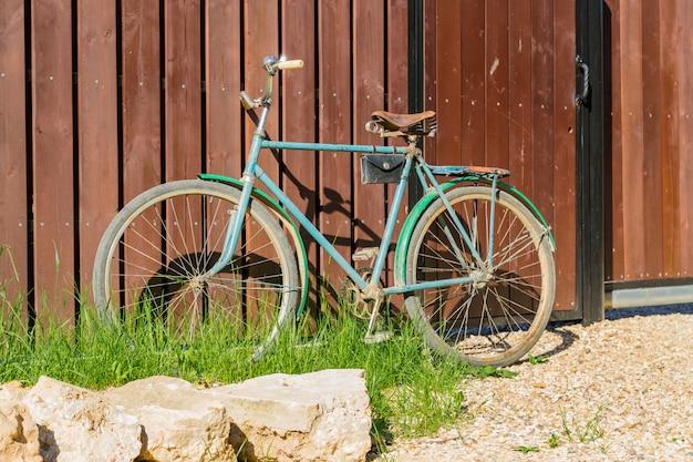 Vieux vélo garé à une clôture en bois, paysage de countrycide