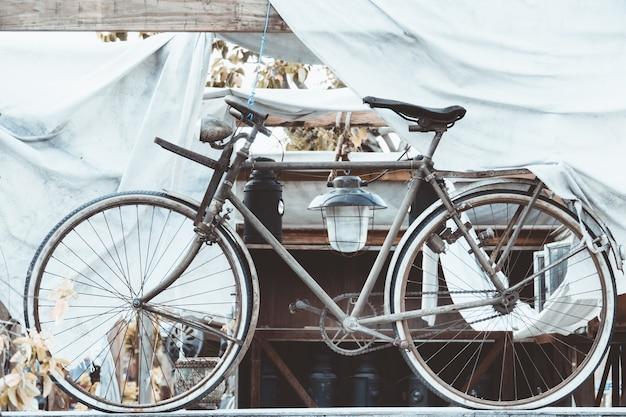 Vieux vélo rouillé vintage décoration antigue
