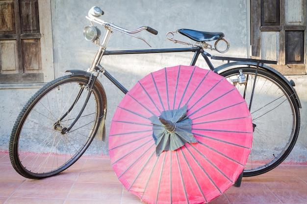 Vieux vélo vintage et parapluie en papier