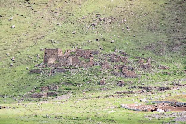 Vieux village de truso, géorgie. maisons abandonnées et montagne.