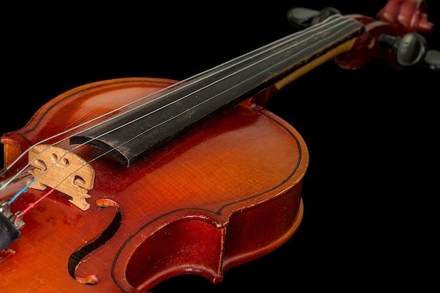Vieux violon sur fond noir