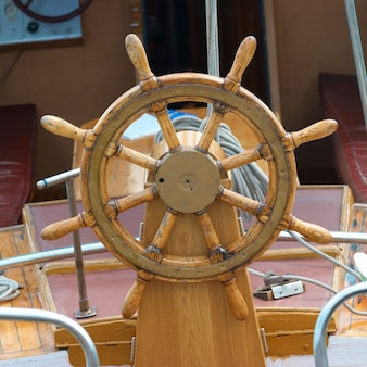 Vieux volant en bois sur le bateau