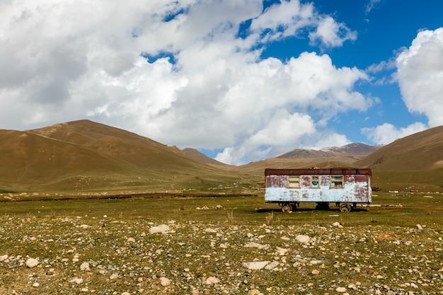 Vieux wagon abandonné dans les montagnes, wagon nomade