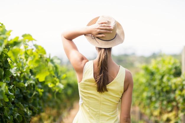 Vigneron femme au chapeau