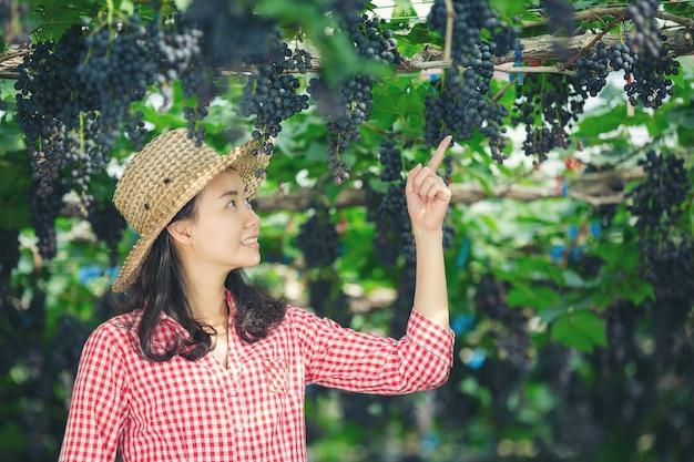 Les vignerons qui sourient et profitent de la récolte.